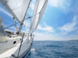 Segelboot auf hoher See