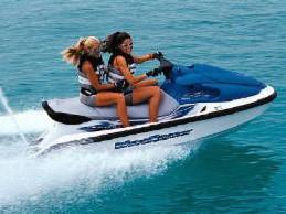 Zwei Frauen auf einem Motorboot
